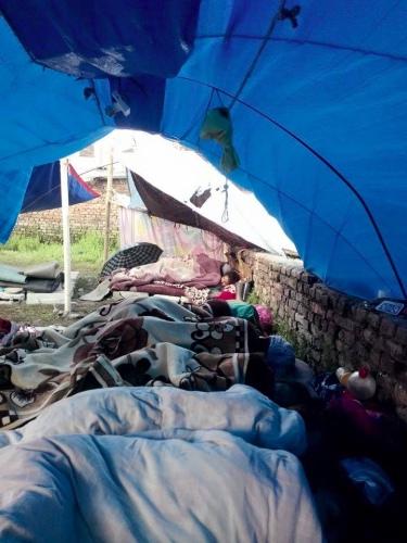 onze Nepalese vriend Kamal en zijn gezin hebben de aardbeving overleefd maar zijn nu alles kwijt: huis, bezittingen, veiligheid.